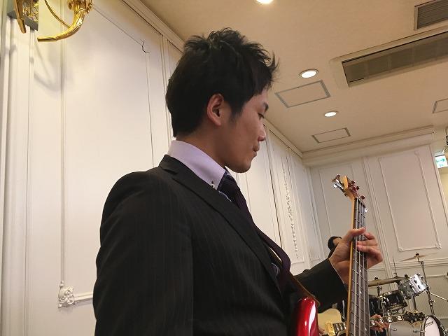 ドラムを演奏する齊藤\u2026よりもベースを演奏するイケメンに目がいきます。